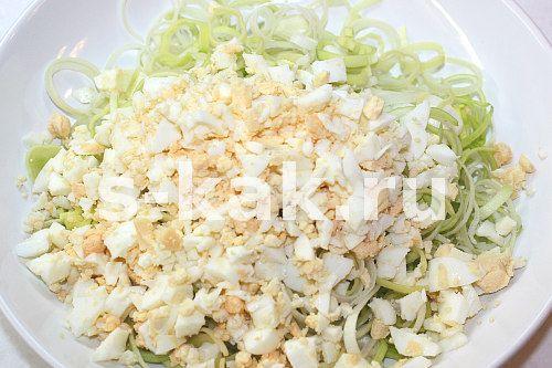 Як приготувати салат з цибулею пореєм